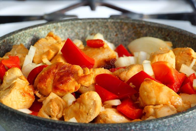 Pieczony kurczak z dzwonkowymi pieprzami i cebulami w smaży niecce obraz stock