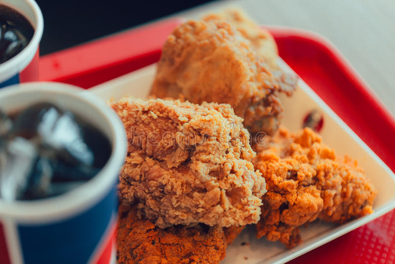 Pieczony kurczak z koli szybkim żarciem niezdrowym zdjęcia stock