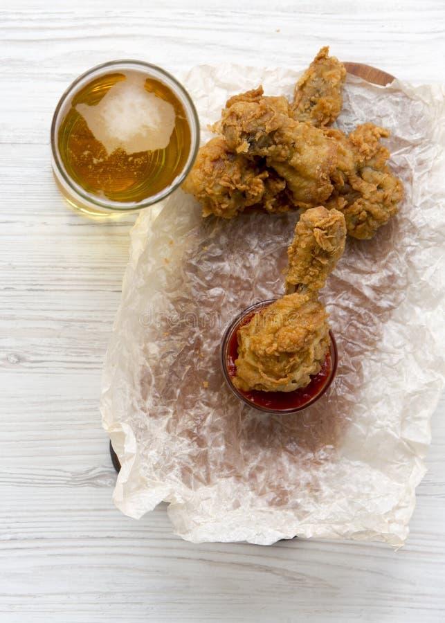 Pieczonych kurczaków drumsticks z kumberlandem i szkłem zimny piwo, odgórny widok Koszt stały, od above obrazy royalty free