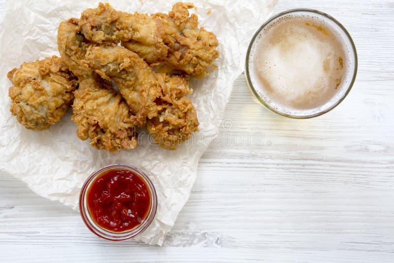 Pieczonych kurczaków drumsticks z kumberlandem i zimnym piwem, odgórny widok Od above obrazy royalty free