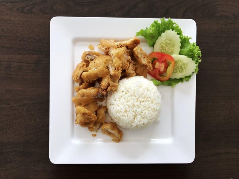 Pieczonych kurczaków ryż w Białym naczyniu na drewnianym stole obraz stock