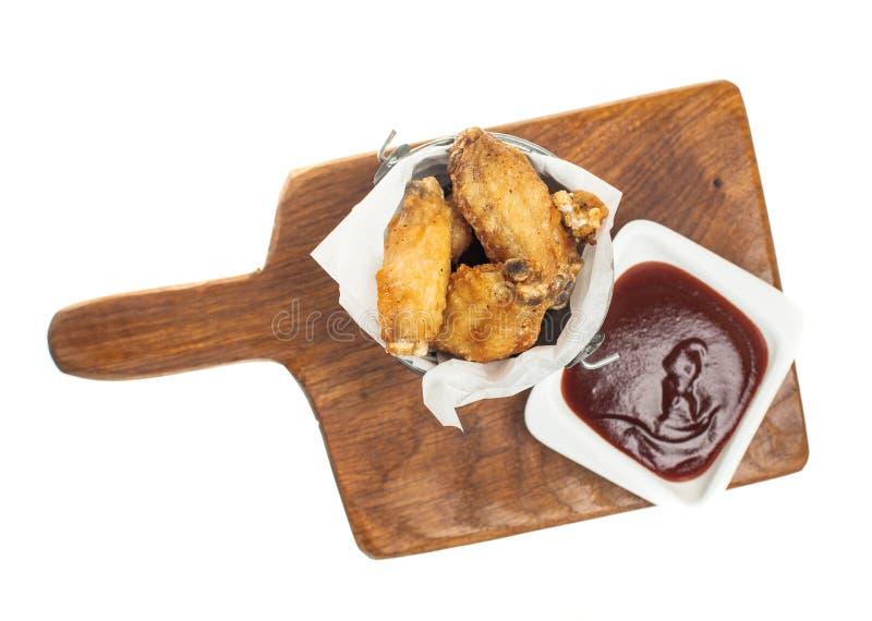 Pieczonych kurczaków skrzydła odizolowywali odgórnego widok Kurczaka kumberland i skrzydła zdjęcia royalty free
