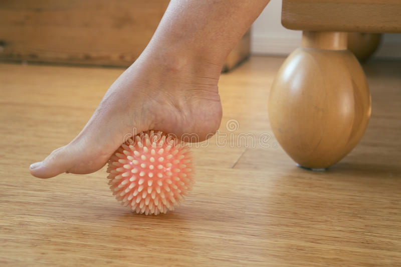 Pied avec la boule de massage image libre de droits