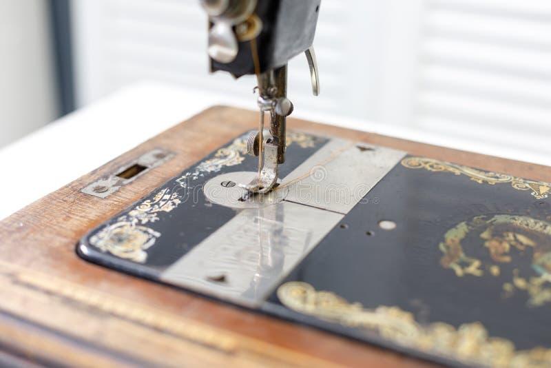 Pied avec la machine à coudre de cru d'aiguille photographie stock libre de droits