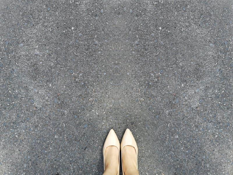 Pied de femme et jambes sur la route bétonnée, belle vue supérieure de chaussure Selfie des pieds dans des talons hauts nus de mo photographie stock