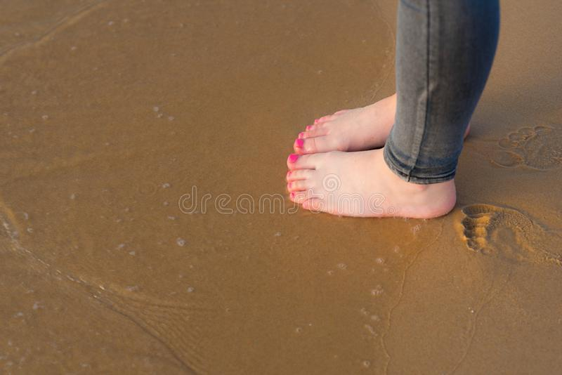 Pied de jeune femme marchant à la plage d'été Jambe haute étroite de la marche d'adolescent de la mer, sable sur la plage concept photos stock