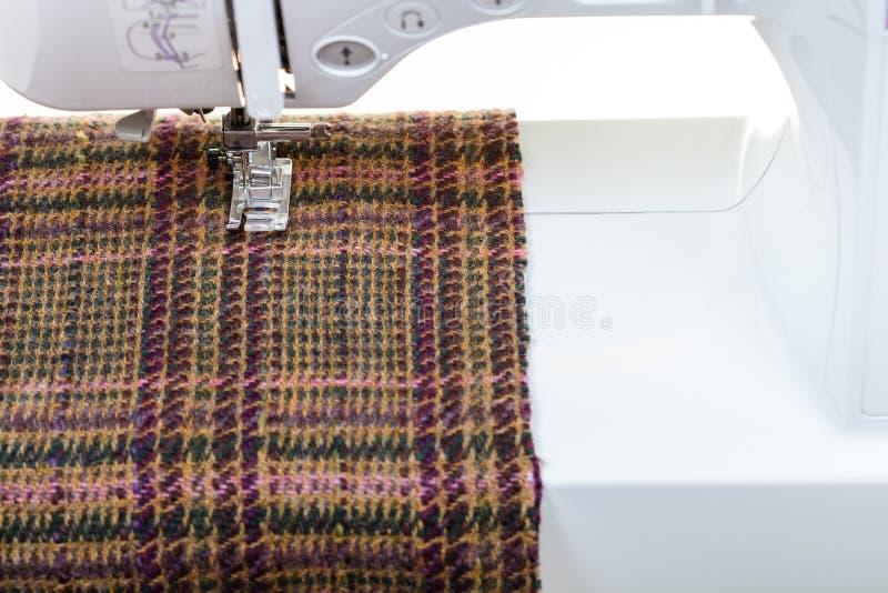 Pied de machine à coudre sur le tissu de laine image libre de droits