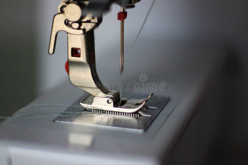 Pied de Presser et double aiguille d'une machine à coudre photo stock