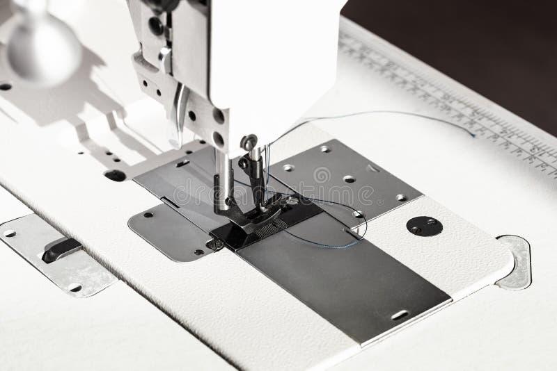 Pied de Presser de la machine à coudre industrielle blanche photos libres de droits