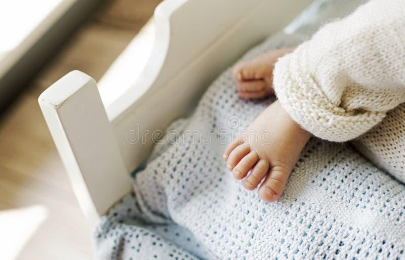 Pied mignon du bébé nouveau-né le petit photographie stock libre de droits