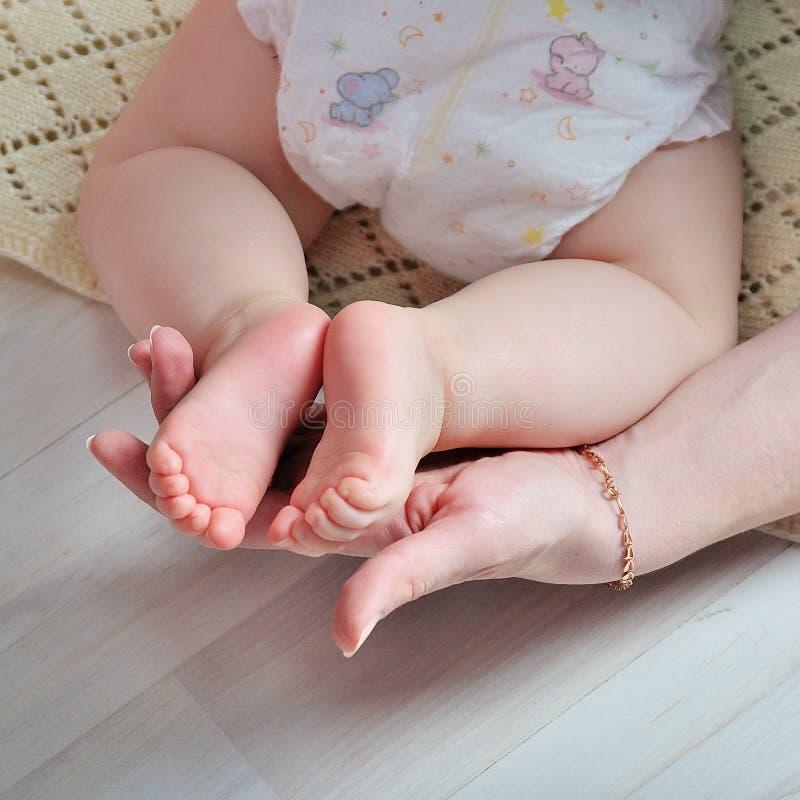 Pied minuscule de bébé nouveau-né images stock