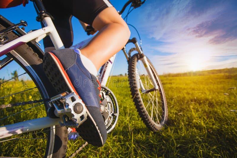 Pied sur la pédale de la bicyclette photographie stock