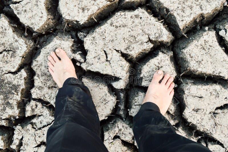 Pied sur le sol de fente dans la saison s?che images libres de droits