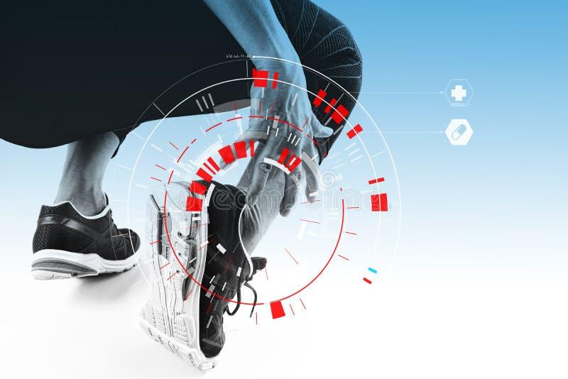 Piede commovente dell'uomo atletico dovuto distorsione con lo scannin medico di VR immagini stock