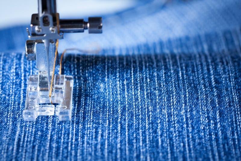 Piede del tessuto di cucito della macchina per cucire di denim fotografia stock