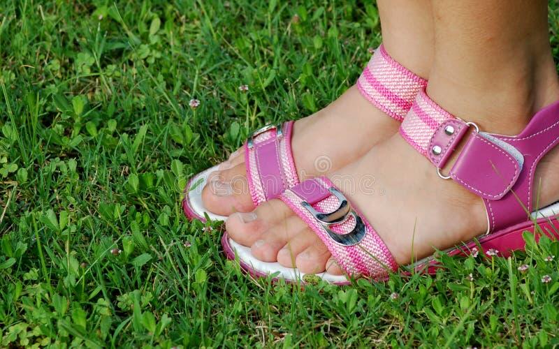 Piede della ragazza con il sandalo immagini stock