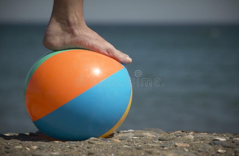 Piede e palla sulla spiaggia immagine stock