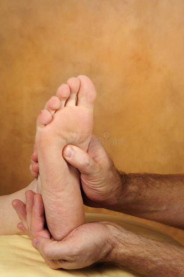 Piede Reflexology di massaggio immagine stock libera da diritti