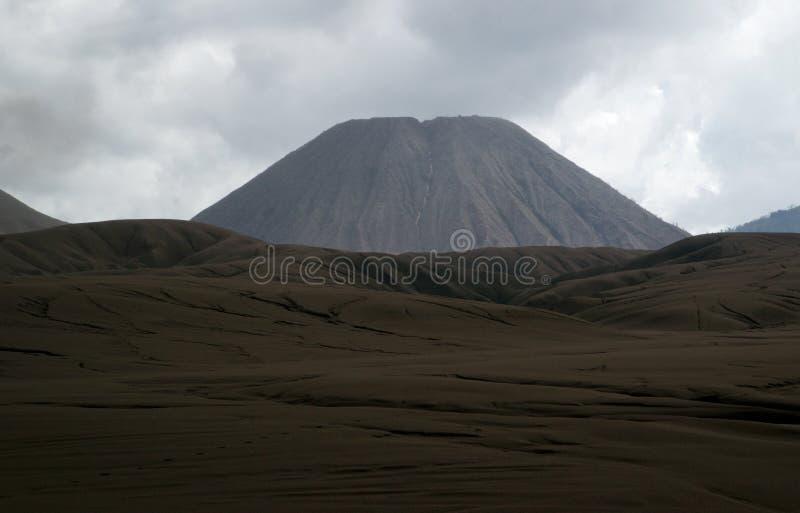Piede sabbioso di Brown del supporto Batok presto nel pomeriggio al parco nazionale di Tengger Semeru fotografie stock