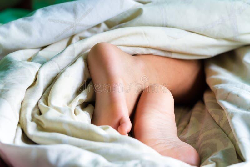 Piede sul letto di mattina fotografie stock