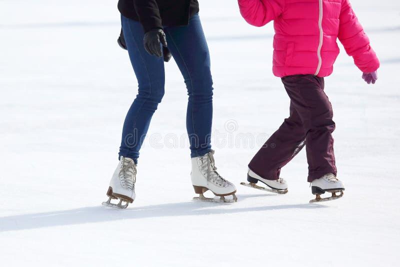 Piedi che pattinano sulla pista di pattinaggio sul ghiaccio immagine stock libera da diritti