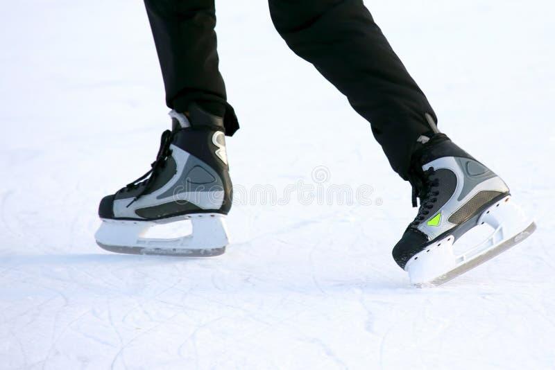 Piedi che pattinano sulla pista di pattinaggio sul ghiaccio fotografia stock