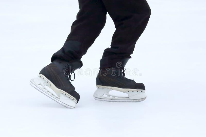 Piedi che pattinano sulla pista di pattinaggio sul ghiaccio fotografia stock libera da diritti