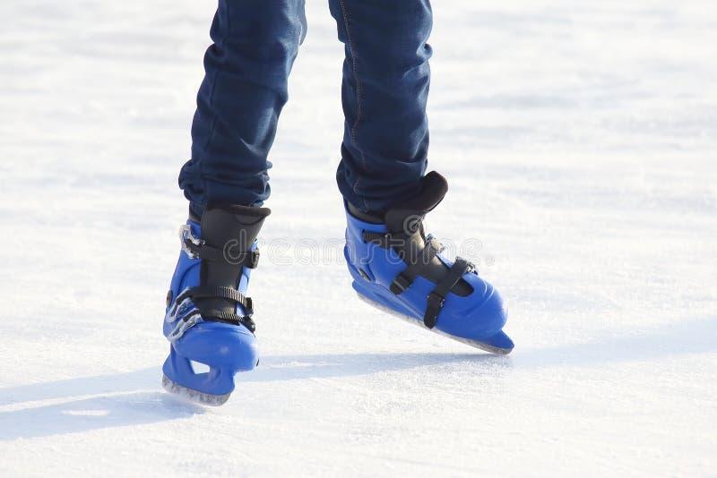 Piedi che pattinano sulla pista di pattinaggio sul ghiaccio immagini stock libere da diritti