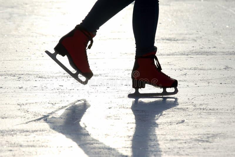 Piedi che pattinano sulla pista di pattinaggio sul ghiaccio fotografie stock libere da diritti