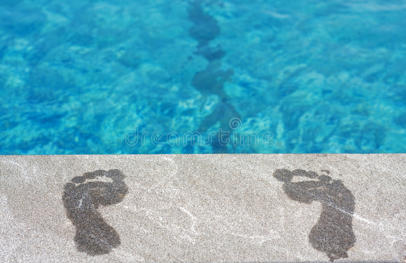 Piedi dalla piscina fotografie stock