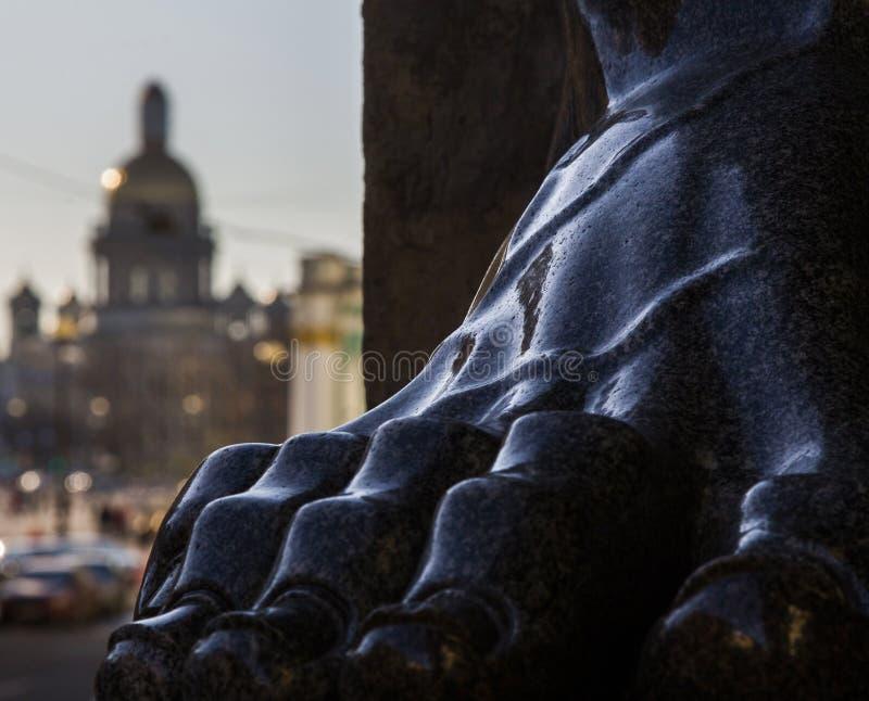 Piedi dei atlantes del granito nell'eremo di St Petersburg nella R fotografia stock libera da diritti