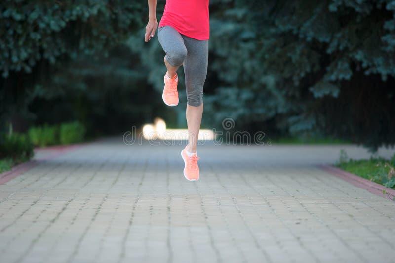 Piedi del corridore che corrono all'aperto Benessere di allenamento di trotto di forma fisica della donna fotografie stock libere da diritti