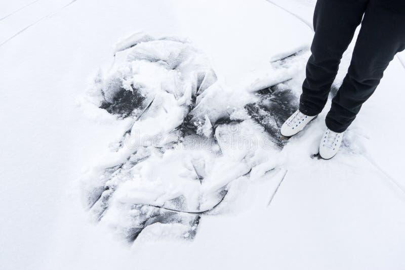 Piedi del rotolamento della ragazza sui pattini da ghiaccio fotografie stock libere da diritti