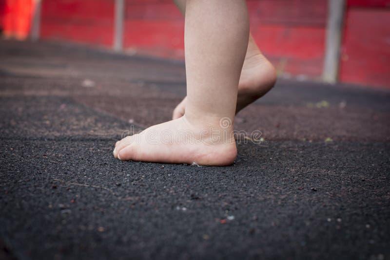 Piedi del ` s del bambino sul pavimento Il mio primo punto fotografie stock