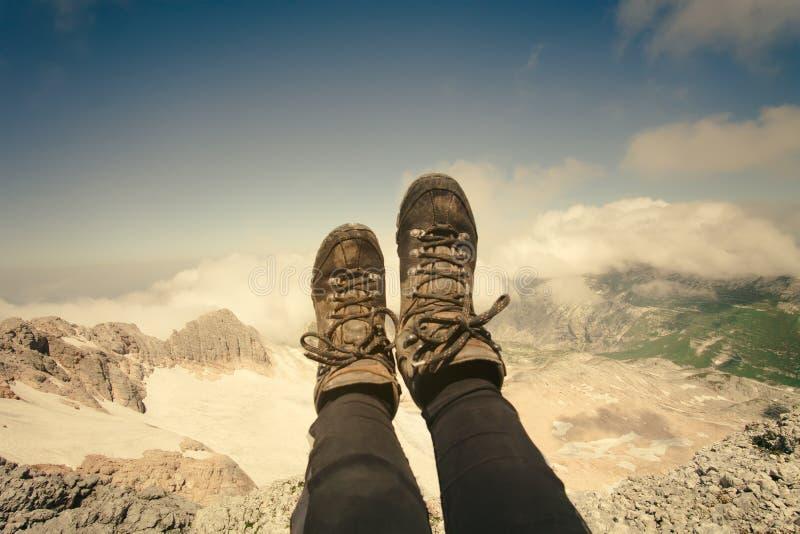 Piedi del selfie della donna di trekking di rilassamento degli stivali all'aperto immagine stock libera da diritti