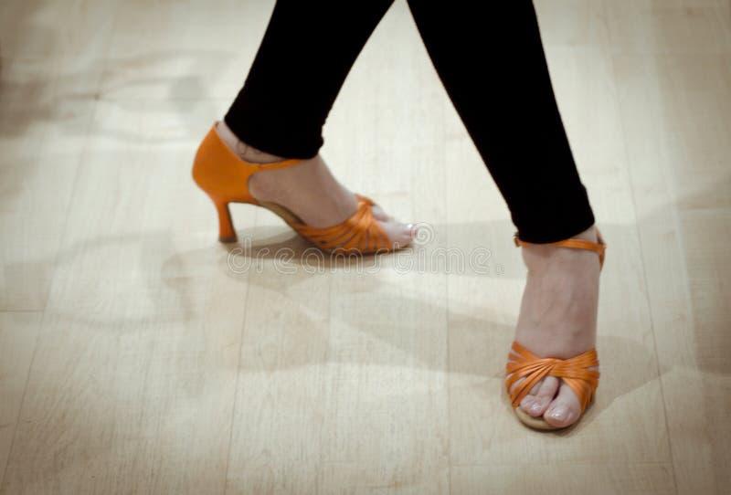 Piedi della donna con i sandali di ballo per salsa fotografia stock libera da diritti