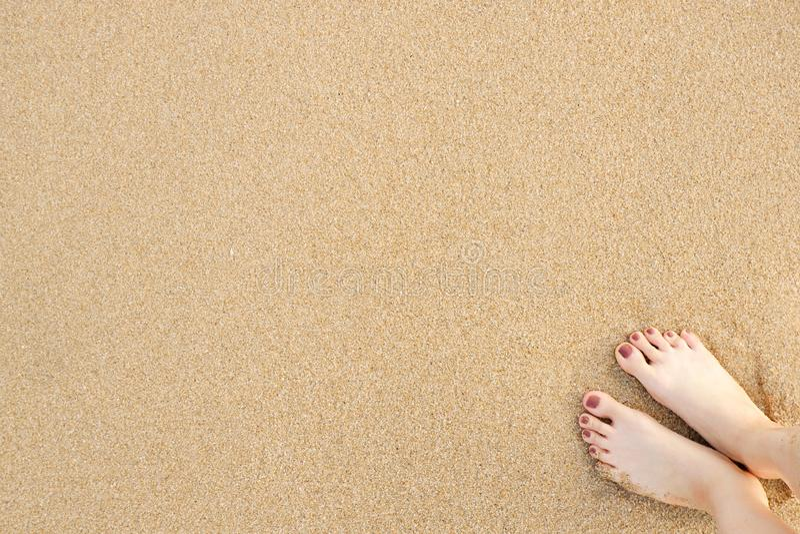 Piedi della donna di Selfie sul fondo della spiaggia della sabbia di mare immagine stock