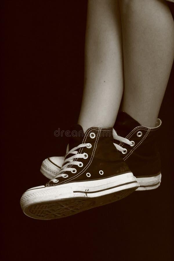 Piedi della ragazza in scarpe da tennis opposte (7) fotografia stock