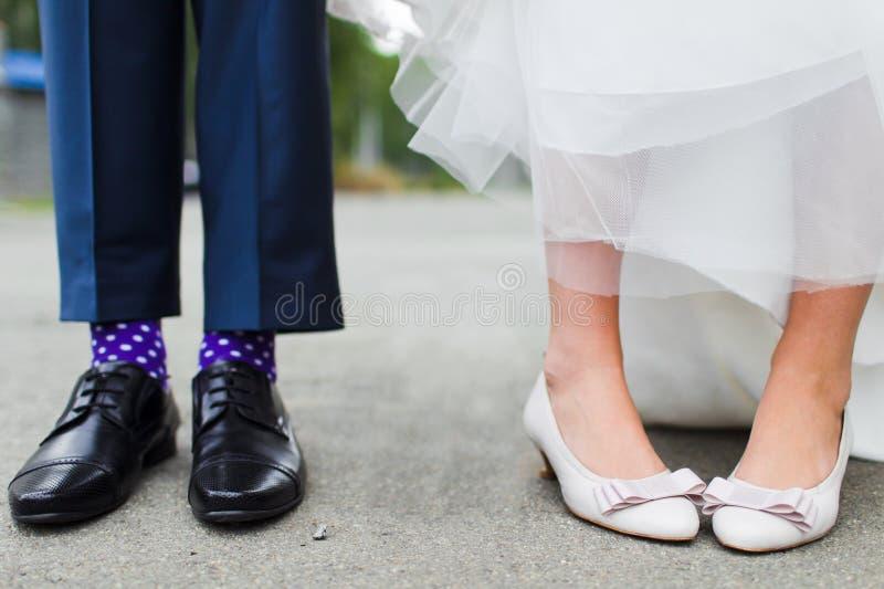 Piedi della sposa e dello sposo immagini stock