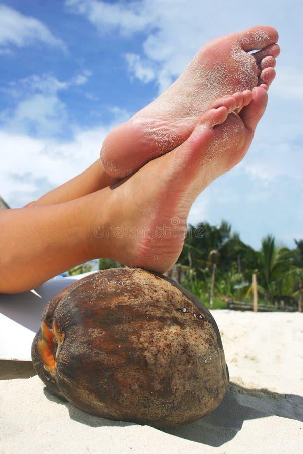 Piedi di distensione della spiaggia fotografie stock libere da diritti