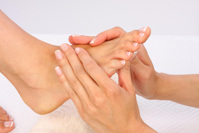 Piedi di massaggio immagini stock libere da diritti