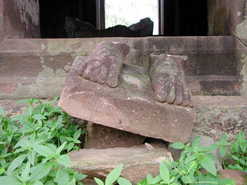 Download Piedi di pietre rotte fotografia stock. Immagine di sorridere - 350750