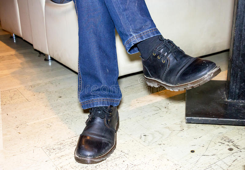 Piedi di uomini in stivali neri fotografia stock