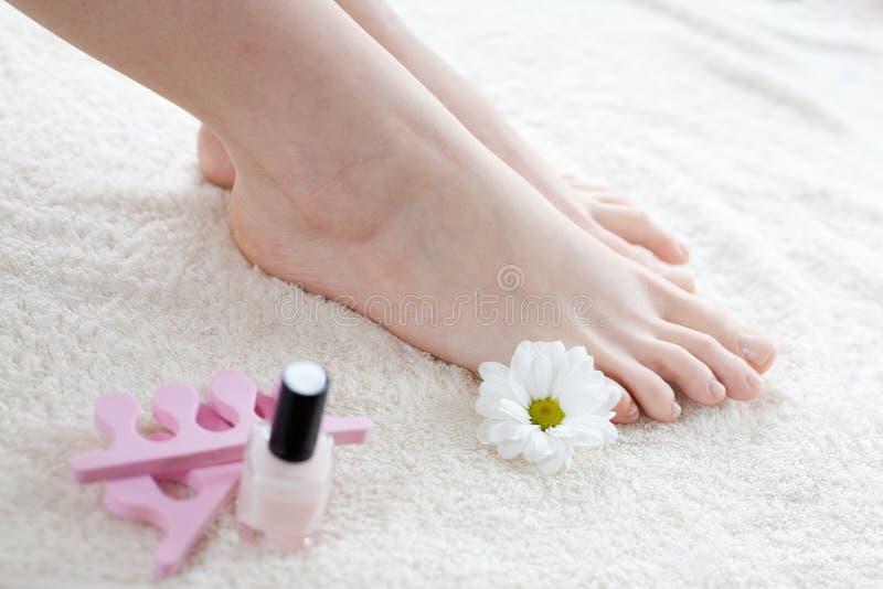Piedi femminili - cura di piede fotografie stock