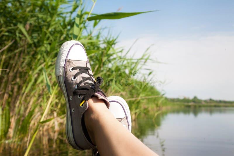 piedi femminili in scarpe da tennis fotografie stock libere da diritti