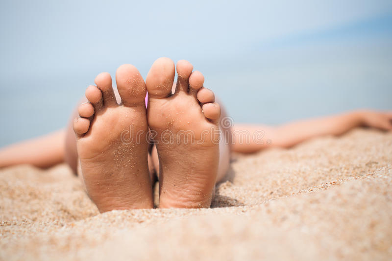 Piedi femminili sulla sabbia Lago Baikal fotografie stock libere da diritti