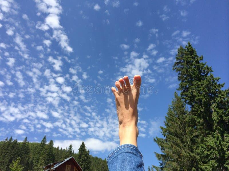 A piedi nudi sentendosi libero nel cielo immagini stock libere da diritti