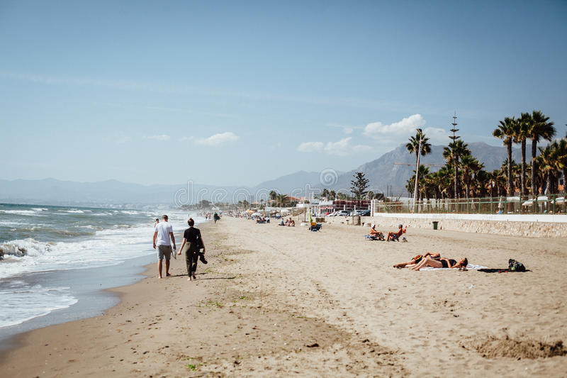 A piedi nudi sulla spiaggia sabbiosa insieme immagini stock