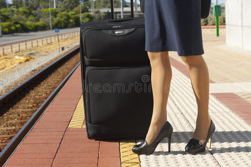 Piedini della donna alla stazione ferroviaria fotografie stock