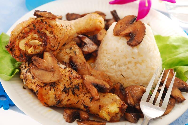 Piedini di pollo con i funghi ed il riso fotografia stock